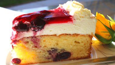 Topfenkirsch-Torte mit eingebackenen Früchten